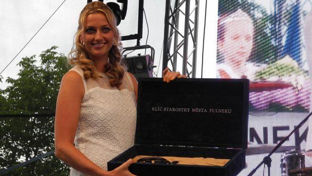 Tenistka Petra Kvitová pózuje s klíčem od města Fulnek, který jí předala starostka Jana Mocová.
