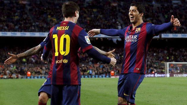 Barcelonský útočník Luis Suárez (vpravo) slaví se spoluhráčem Lionelem Messim gól proti Almeríi v utkání 30. kola španělské La Ligy.