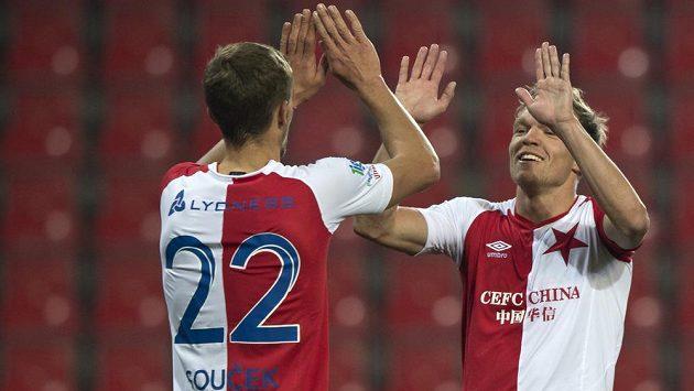 Zprava Mick van Buren ze Slavie přijímá gratulaci k jednomu ze svých dvou gólů od Tomáše Součka ze Slavie.