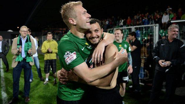 Luboš Loučka (vpravo) se objímá s Karlem Pitákem po vítězství ve finále Poháru České pošty.