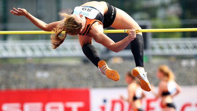 Vícebojařka Eliška Klučinová při výškařské soutěži.