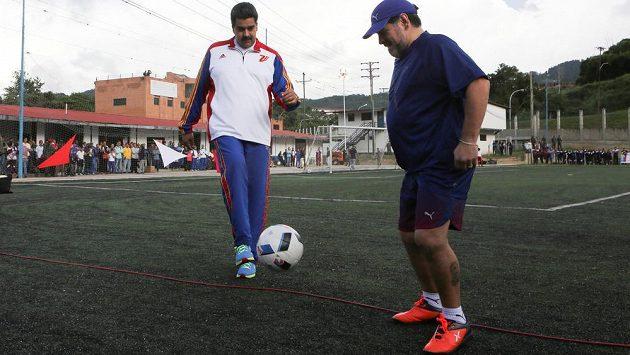 Slavný Diego Maradona (vpravo) sledoval při nedávné návštěvě Venezuely fotbalové umění prezidenta Nicolase Madura.