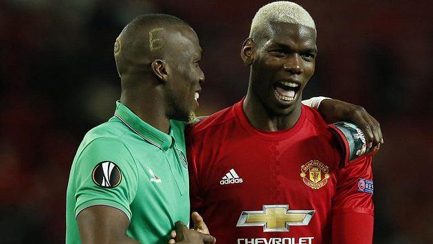 Paul Pogba z Manchesteru United a Florentin Pogba z týmu St. Etienne během utkání Evropské ligy na Old Trafford.