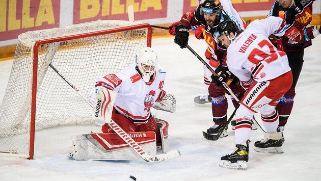 Brankář Olomouce Branislav Konrád zasahuje v utkání se Spartou.