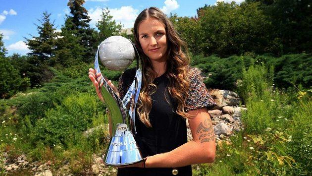 Karolína Plíšková s trofejí WTA pro světovou tenisovou jedničku.