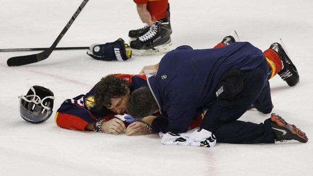 Útočník Floridy Jaromír Jágr po zásahu Alexe Chiassona z Ottawy krvácel z úst.
