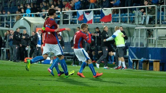 Michal Sadílek (vpravo) se raduje ze své trefy do sítě Rakouska.