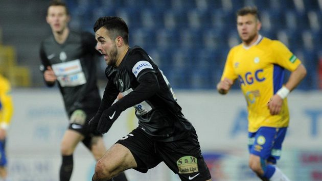 Jablonecký záložník Martin Pospíšil (vpředu) během zápasu v Teplicích.