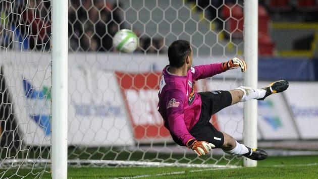 Brankář Jablonce Michal Špit inkasuje v Plzni gól z penalty.