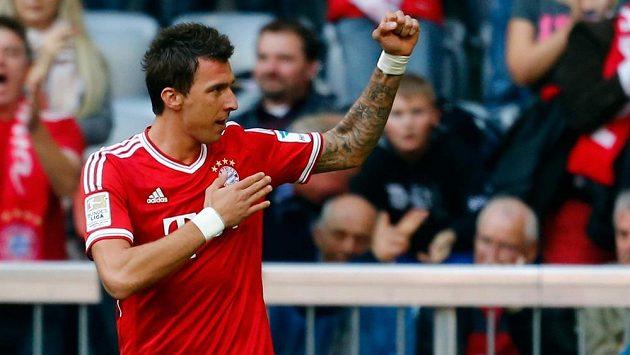 Útočník Bayernu Mnichov Mario Mandžukič oslavuje jednu ze svých branek v zápase s Herthou Berlín.