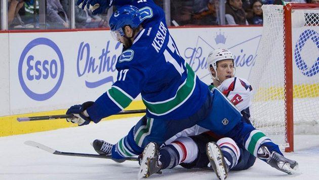 Zadák Washingtonu Steve Oleksy (vpravo) se ocitl na ledě po střetu s Ryanem Keslerem z Vancouveru.