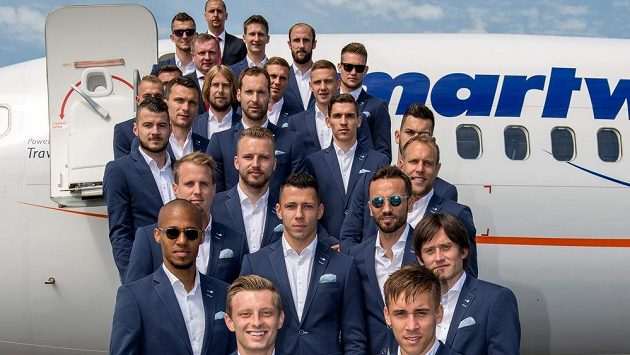 Startujeme, pánové... Fotbalová reprezentace ve slušivých oblecích.