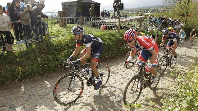 Nor Thor Hushovd (vpravo) a Kevyn Ista z Belgie na trati závodu Kolem Flander, který často vede po nerovném terénu a po úzkých silnicích.