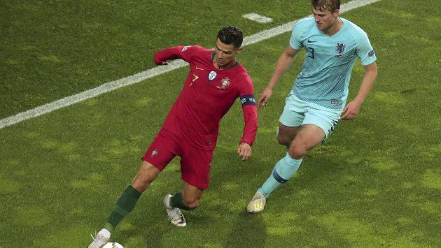 Nizozemský reprezentant Matthijs de Ligt (vpravo) v souboji s Portugalcem Cristianem Ronaldem. Brzy by se tito dva fotbalisté mohli stát spoluhráči v Juventusu Turín.