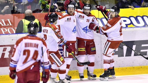 Hokejisté Olomouce se radují z gólu během extraligového utkání.
