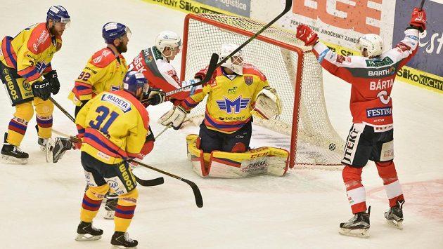Pardubický hokejista Michal Bárta se raduje ze vstřeleného gólu na ledě Českých Budějovic v utkání 11. kola baráže o hokejovou extraligu. Brankář Petr Kváča nestačil zasáhnout.
