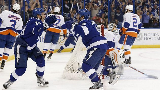 Český útočník Ondřej Palát (18) z Tampy Bay oslavuje gól Tylera Johnsona (9) v zápase NHL proti New Yorku Islanders.