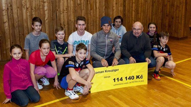 Roman Kreuziger s Václavem Novákem, trenérem juniorů SK Petřín Plzeň, a několika jeho svěřenci.
