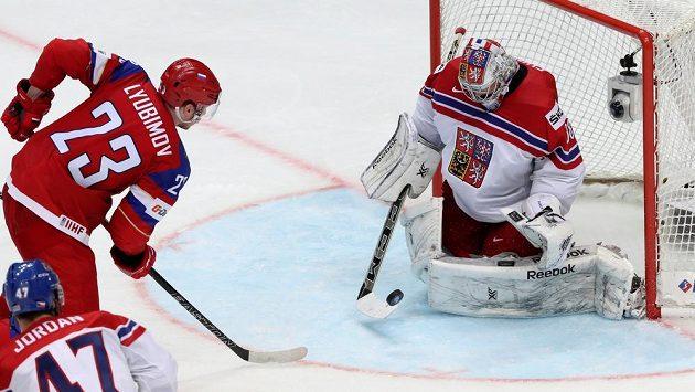 Roman Ljubimov z Ruska se pokouší překonat českého brankáře Dominika Furcha.