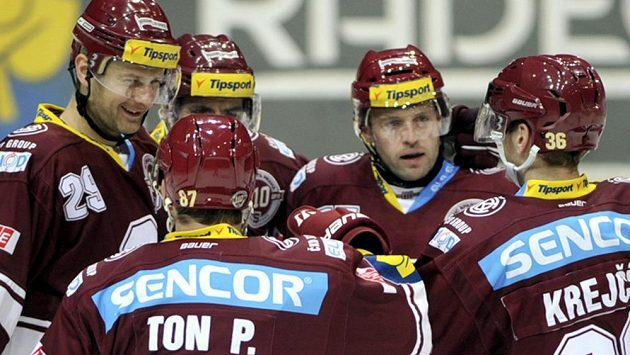 Hráči Sparty se radují z třetího gólu na ledě Vítkovic.