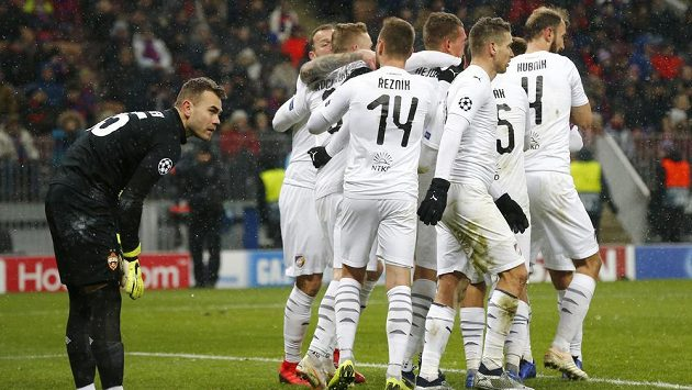 Brankář CSKA Igor Akinfejev sleduje radost plzeňských fotbalistů během utkání Ligy mistrů.