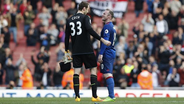 Brankář Arsenalu Petr Čech mohl být po utkání s Manchesterem United spokojený, udržel čisté konto. Od legendy United to ale schytal, za pozdrav se soupeři z Old Trafford. Po utkání s gólmanem prohodil pár slov Wayne Rooney.