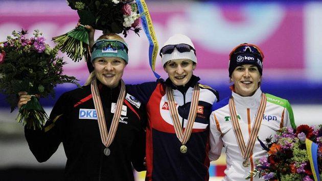Martina Sáblíková na stupních vítězů. Vlevo stříbrná Beckertová, vpravo třetí Wüstová