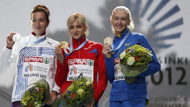 Medailistky z běhu na 400 metrů překážek na ME v Helsinkách: vlevo stříbrná Denisa Rosolová, uprostřed zlatá Ruska Irina Davydovová, vpravo bronzová Ukrajinka Anna Jaroščuková.