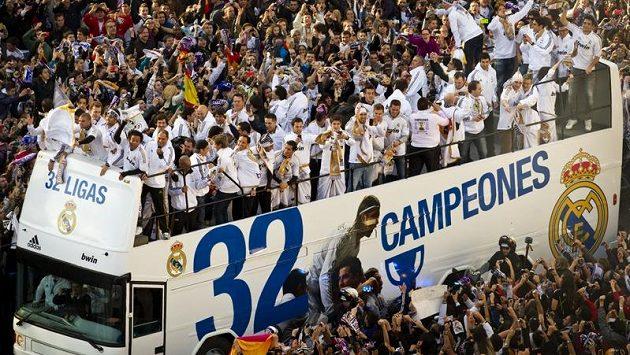 Triumfální jízda fotbalistů Realu ulicemi Madridu po zisku mistrovského titulu.