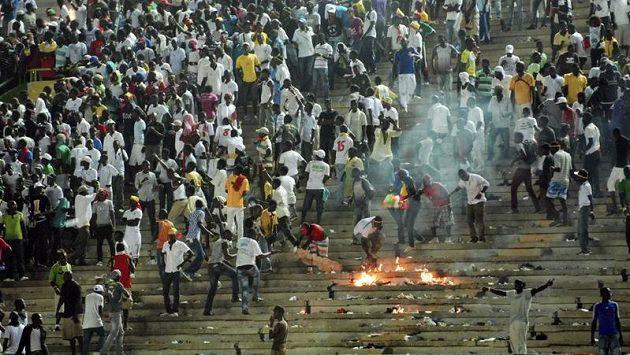 Šílení senegalští fanoušci zpečetili prohru svého týmu a zároveň vyhazov trenéra Kota
