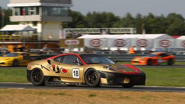 Ferrari, v jehož řízení se budou střídat Richard Chlad se svým stejnojmenným synem a Martinem Matzkem, patří mezi favorizované vozy sobotního brněnského Epilogu.