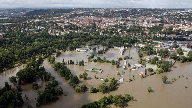 Na snímku z 4. června 2013 je vidět zatopená sportoviště na Císařském mlýně ve Stromovce při povodních, kdy vytrvalé deště zapřičinili zvednutí hladiny Vltavy.