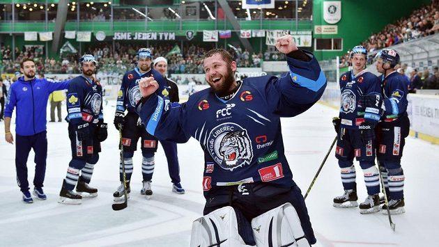 Brankář Liberce Ján Lašák se raduje z postupu do finále.