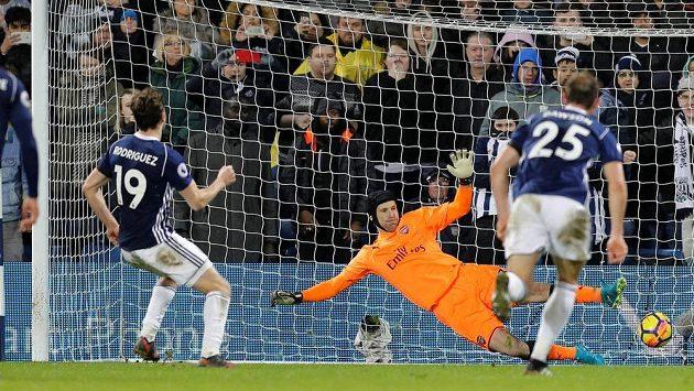 Jay Rodriguéz z West Bromwiche překonává v závěru zápasu s Arsenalem z penalty brankáře Petra Čecha.