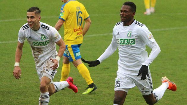 Abdulrahman Taiwo (vpravo) běží s Ondřejem Lingrem slavit druhý gól Karviné do teplické sítě.