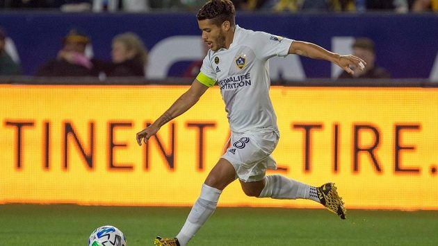 Mexický záložník Jonathan dos Santos v dresu Los Angeles Galaxy v utkání MLS.