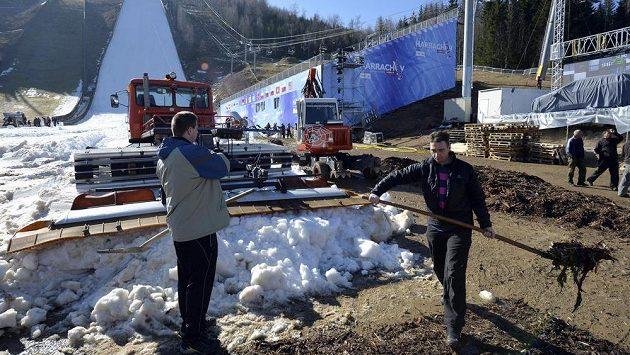 Přípravy na mistrovství světa v letech na lyžích v Harrachově.