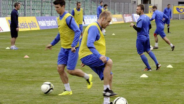 David Jarolím (v popředí) a další fotbalisté Mladé Boleslavi si zatrénovali na chomutovském stadiónu před finále poháru s Jabloncem.