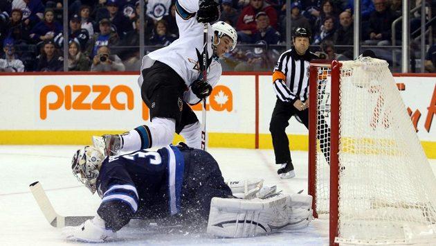 Útočník San Jose Tomáš Hertl překonává gólmana Winnipegu Ondřeje Pavelce.