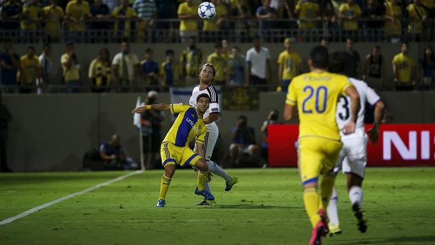 Útočník Maccabi Tel Aviv Eran Zahavi svádí souboj s Birkirem Bjarnasonem z Basileje (uprostřed v bílém dresu).