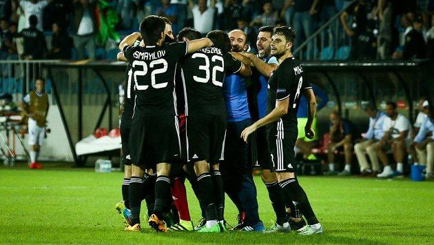Fotbalisté Karabachu se radují z gólu - ilustrační foto.
