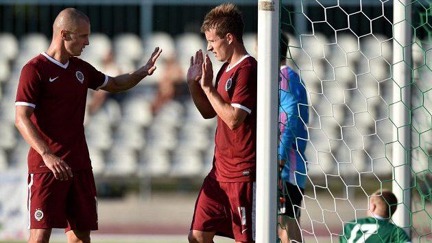 Sparťanský záložník Lukáš Mareček (vpravo) slaví s útočníkem Martinem Nešporem gól v síti Tallinnu v odvetě druhého předkola Ligy mistrů.