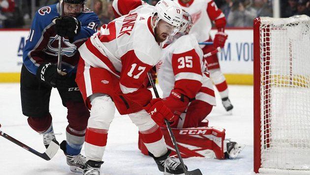 Český zadák Filip Hronek z Detroitu v utkání NHL proti Coloradu.