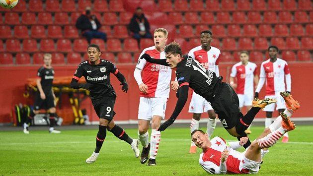Patrik Schick z Leverkusenu se v pádu pokouší zakončit proti Slavii.