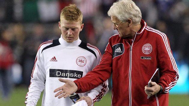 Kouč dánských fotbalistů Morten Olsen diskutuje s Andersem Christiansenem.