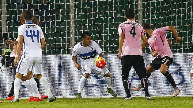 Útočník Palerma Alberto Gilardino (zcela vpravo) střílí gól do sítě Interu Milán v utkání 9. kola italské Serie A.