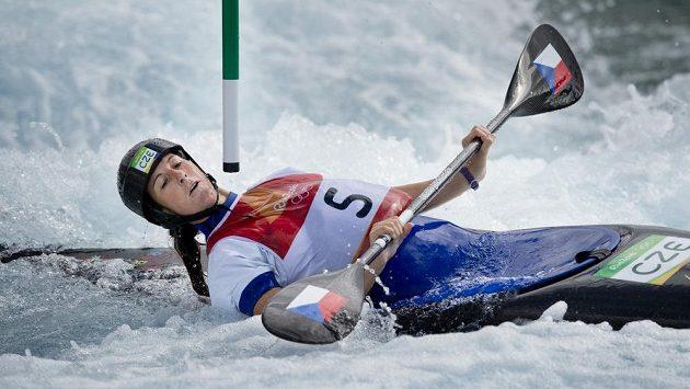 Kajakářka Kateřina Kudějová těsně míjí branku v olympijském kanále.