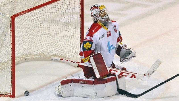 Olomoucký brankář Jiří Trvaj inkasuje první gól.