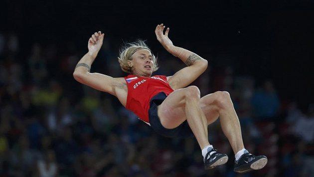 Český tyčkař Michal Balner při kvalifikačním skoku na MS v Pekingu.