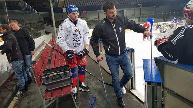 V civilu a s berlemi sledoval brankář Jakub Kovář páteční trénink hokejové reprezentace v Praze. Kvůli zánětu prstu na noze s týmem do Helsinek neodletí.